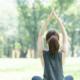 公園でヨガ・ストレッチをする女性